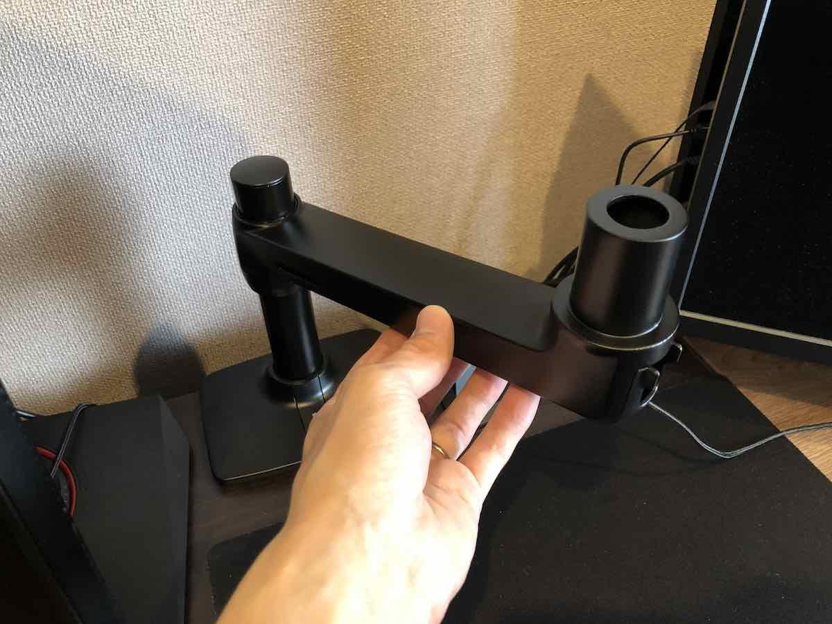 Amazon ベーシック モニターアーム 組み立て 下部アーム 取り付け後